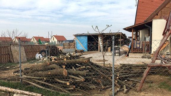 Ein Holzhaufen in einem Garten
