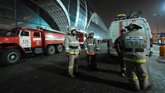 Notfallhelfer vor dem Flughafen Moskau-Domodedowo, 2011
