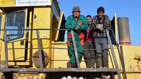 Schaufelbagger zum Umgraben des Mülls: Auf dem Reklameschild wirbt die Stadt Cluj-Napoca für Abfallrecycling.