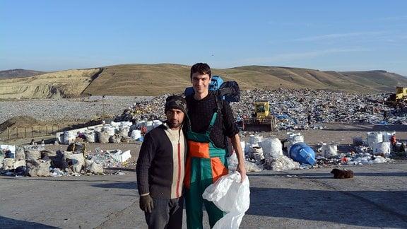 Der Anthropologe Adrian Dohotaru (rechts) heuerte im November 2015 als Tagelöhner auf der Mülldeponie in Pata Rat an. Links neben ihm ein Roma, der seit Jahren den Müll auf der Deponie sortiert.