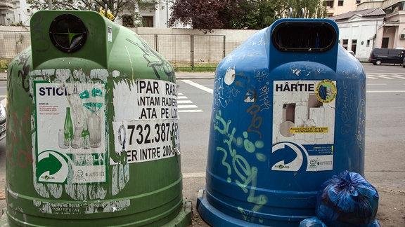 Abfalltonnen für Flaschen, Papier und Plastik in der rumänischen Hauptstadt Bukarest