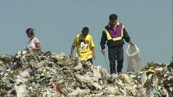 Menschen durchsuchen den Müll der rumänischen Hauptstadt.