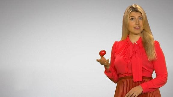 Eine junge Frau mit einem Osterei