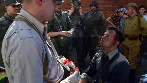 Polnischer Schlachtendarsteller wird mit künstlichem Blut geschminkt