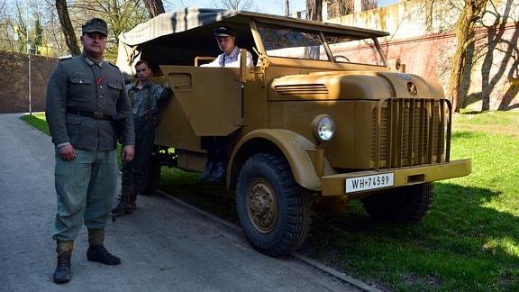 Schlachtendarsteller mit einem Original- Militärfahrzeug