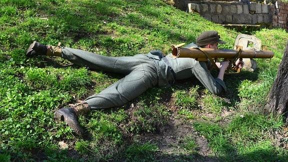 Ein liegender Mann mit Raketenpanzerbüchse