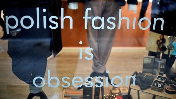 Der Schriftzug -polish fashion is obsession- steht an der Scheibe eines Modegeschäfts
