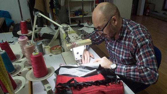 Designer in seinem Atellier in Lodz