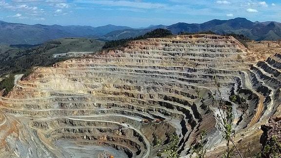 Blick in den Abbaukrater einer Kupfermine