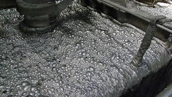 Blasiger, grauer Schlamm, der bei der Kupfergewinnung entsteht