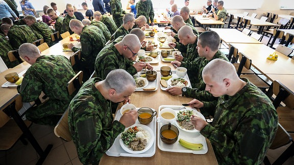 Litauen Soldaten beim Essen