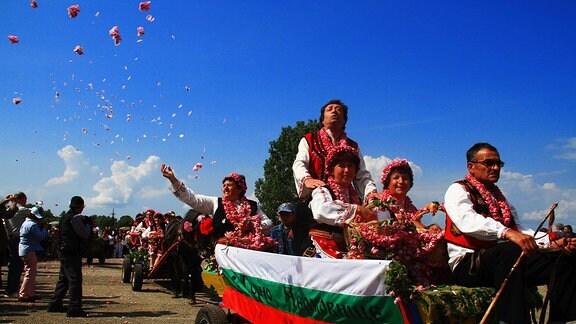 Parade zum Rosenfest im Rosental in der Nähe von Kazanlak