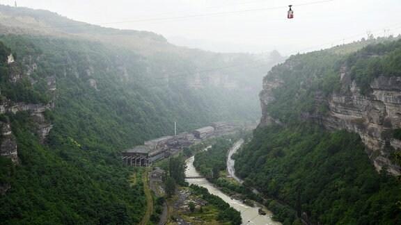 Durch die Bergbaustadt Tschiatura führt der Fluss Qwirila