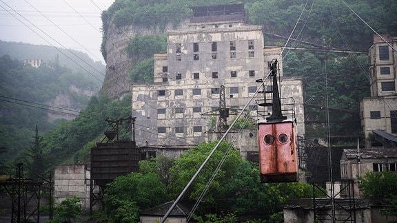 Ein Manganverarbeitungswerk in Tschiatura neben einem Minenschacht, der rund um die Uhr betrieben wird.
