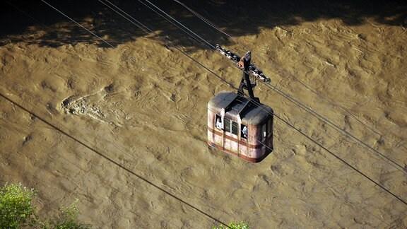 die Seilbahn in Tschiatura schwebt über den Fluss Qwirila