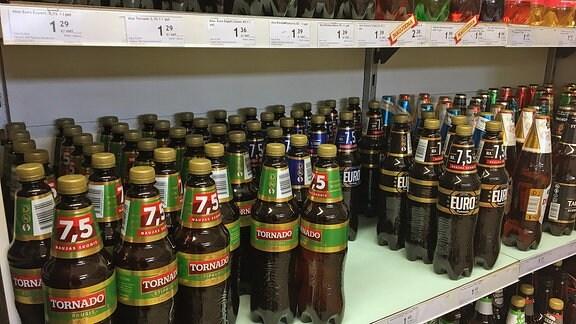 Bierflaschen in Dorfladenregal