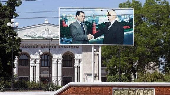 Riesiges Plakat vor dem städtischen Kulturhaus in Tiraspol zeigt den transnistrischen Präsidenten Igor Smirnow beim Händeschütteln mit Russlands Präsidenten Medwedew vor der Kulisse des Moskauer Kremls