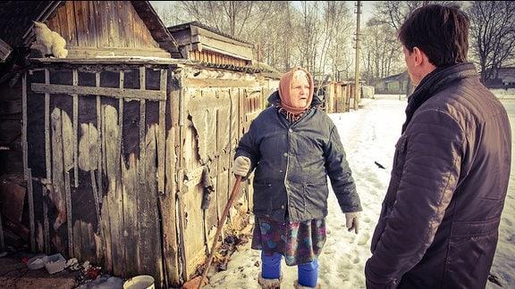 Ein Mann spricht mit einer alten Frau