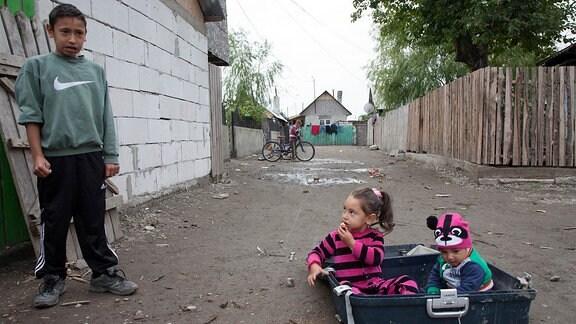 Verarmte Kinder in einer Roma-Siedlung im rumänischen Ort Buzau