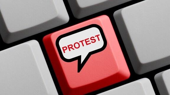 """Eine Tastatur mit einer roten Taste, die mit """"Protest"""" beschriftet ist"""