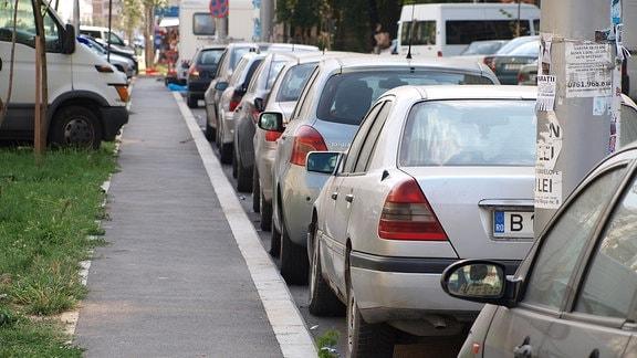 Ein Radweg zwischen parkenden Autos