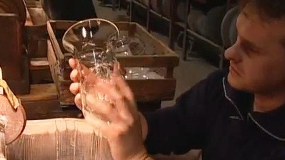 Ein Schleifer bei der Arbeit. 1000 Grad sind nötig, damit Sand und Bleiersatz zu Bleikristal verschmelzen. Kristalle aus dem tschechischen Hacharov sind  Handarbeit. Vom Blasen bis zum Schleifen.