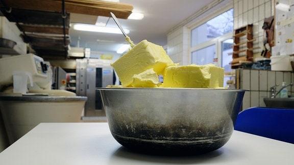 Margarinewürfel in einer Edelstahlschüssel
