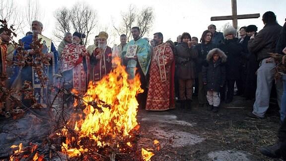 Menschen bei einer traditionellen Weihnachtszeremonie in Serbien