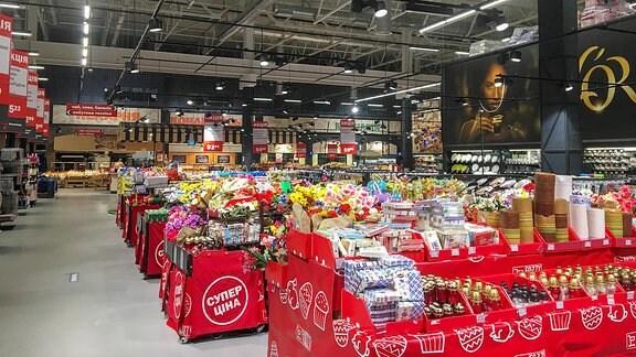 Großer Einkaufsmarkt von innen.