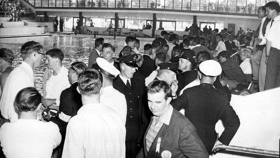 Aufgebrachte ungarische Zuschauer stürmen an den Beckenrand. Erst nach dem Einschreiten von Ordnungskräften gehen sie auf ihre Plätze zurück.