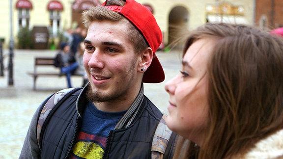 Junges Paar auf der Straße.