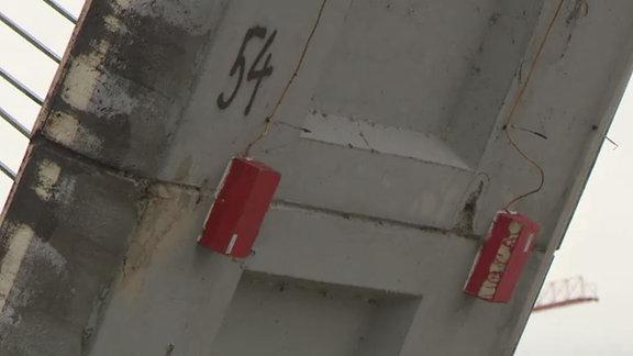 Sensor an der Unterseite einer eingestürzten Brücke