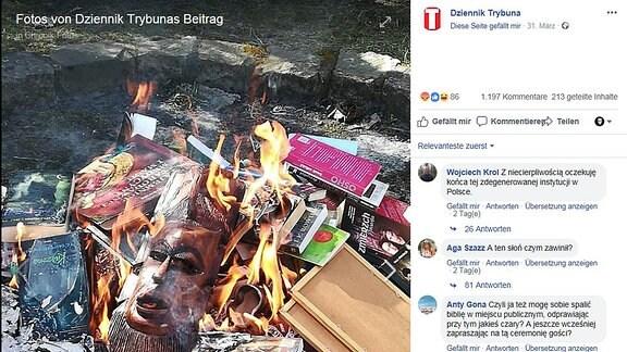 Brenneder Haufen von Büchern und anderen Gegenständen