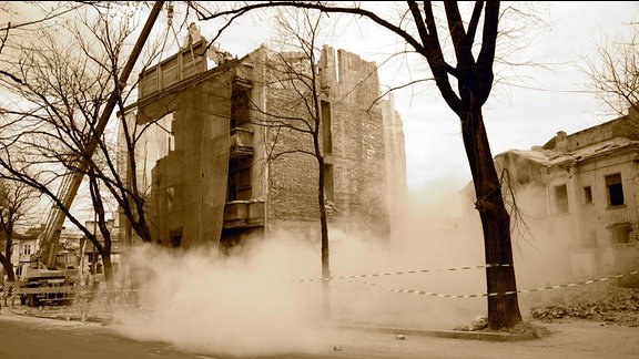 Ein Haus in Bukarest wird abgerissen.