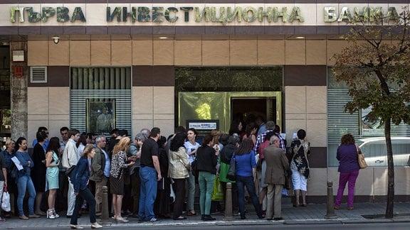 Menschen stehen vor eine Bankfiliale in Sofia an.