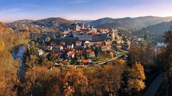 Luftbild des mittelalterlichen Stadtkerns von Loket in Tschechien
