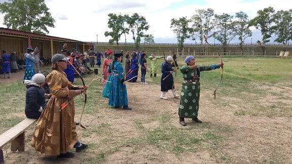 Burjatische Bogenschuetzen trainieren Bogenschießen