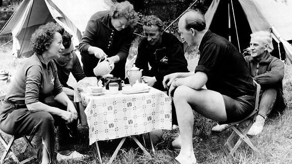 Mitglieder der BSG Fortschritt Lichtenberg, Sektion Kanu, verbringen die Pfingsttage im Mai 1961 auf dem Campingplatz am Krossinsee - DDR.