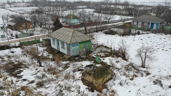 Blick von oben auf die Häuser eines Dorfes