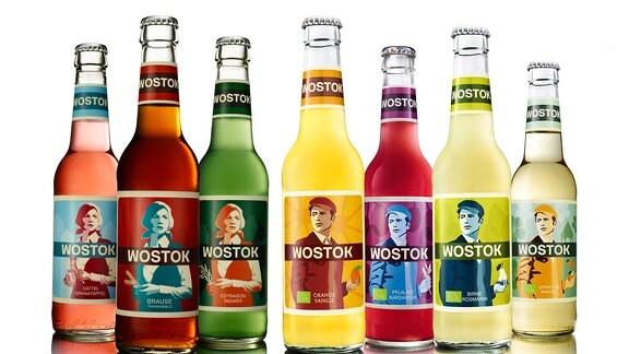 Viele Cola-Flaschen nebeneinander