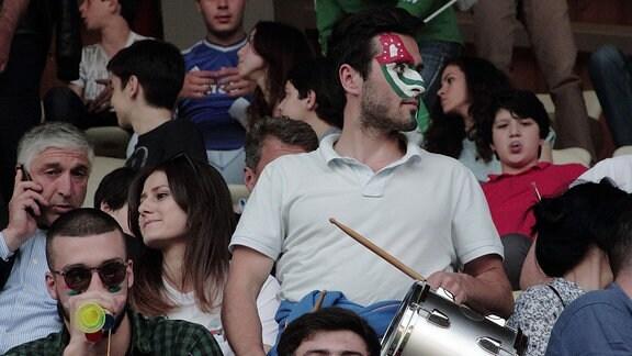 Abchasische Fans machen Stimmung in Fußballstadion in abchasischer Hauptstadt Suchum, 2016