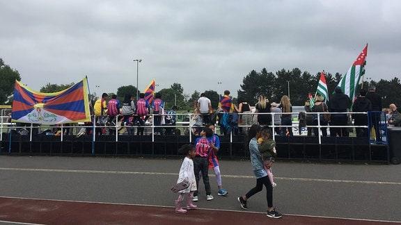 Fans feiern ihr Team beim CONIFA Fussballcup