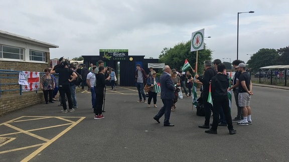 Demonstrantinnen vor dem Stadion