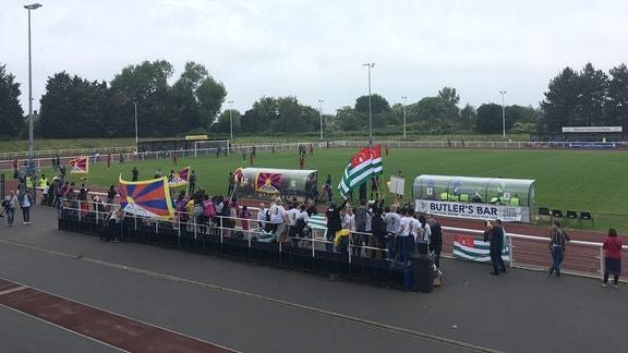 Fans jubeln ihrer Mannschaft im Stadion zu