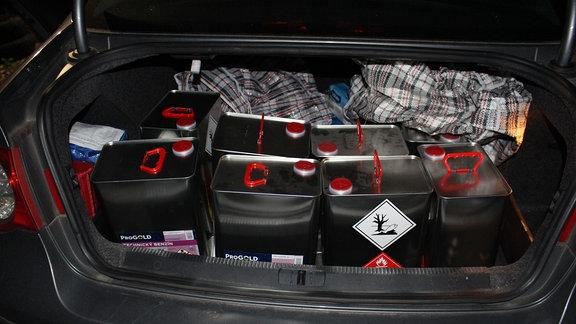 Kanister mit entzündlichen Stoffen in PKW-Kofferraum