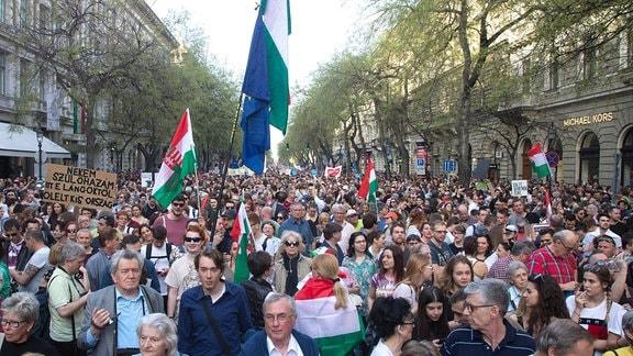 Menschen mit Flaggen und Plakaten auf einer Großdemonstration in Budapest am 14. April 2018.