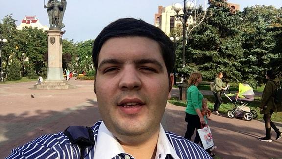 Denis Trubetskoy steht im Park