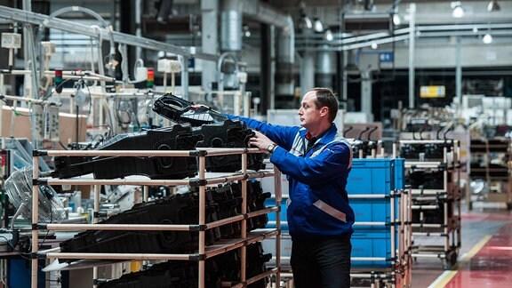 Arbeiter in der Werkshalle von Denso Manufacturing in Liberec, Tschechien.