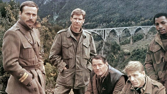 Franco Nero, Harrison Ford, Robert Shaw, Edward Fox und Carl Weathers im Film 'Der wilde Haufen von Navarone' von 1978.