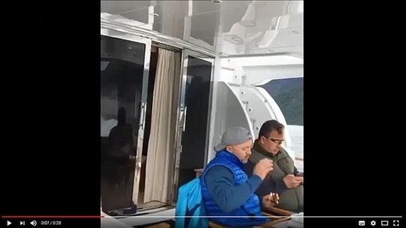 Zwei Männer auf einer Jacht. Links der Milliardär Oleg Deripaska, rechts der Regierungsbeamte Eduard Prichodko.